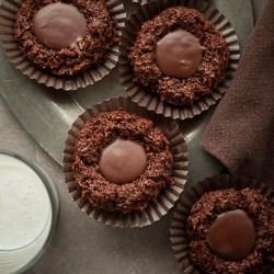 Dark Chocolate Macaroon Thumbprint Cookies , macaroon cookies, thumbprint cookies, vegan macaroons, chocolate thumbprint cookies, chocolate macaroons, xmas cookies, paleo Christmas cookies