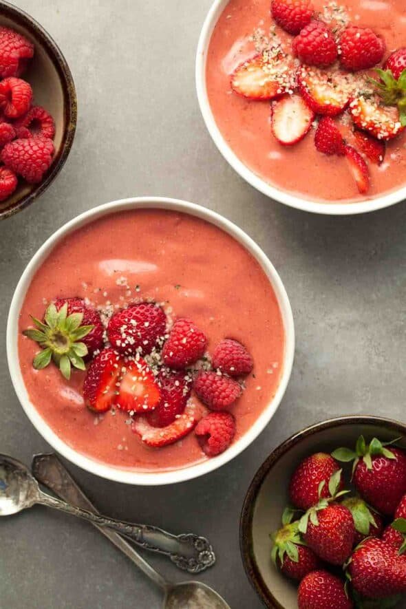 RED BERRY ROOIBOS SMOOTHIE BOWL  This triple red berry smoothie bowl made with strawberries, raspberries and goji berries is bright, refreshing and packed with anti-oxidants.
