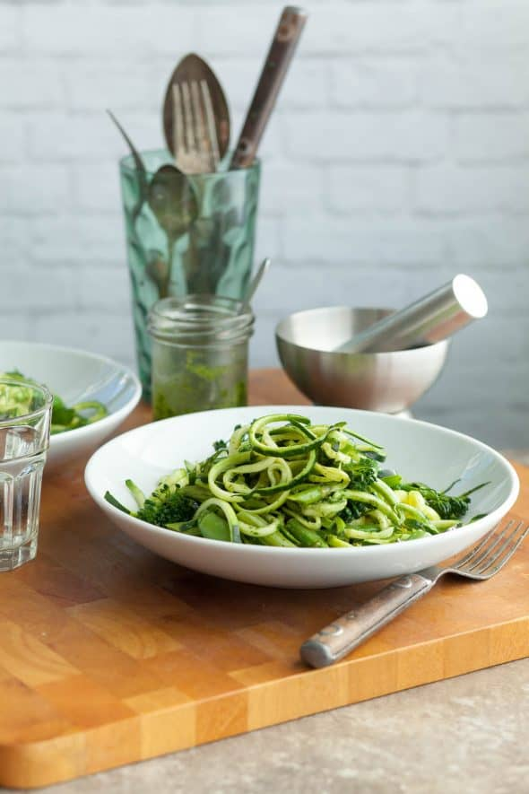 Zucchini Noodles Pistachio Pesto Primavera (Vegan) - Pasta primavera gets a makeover featuring fresh zucchini noodles a bright herby sauce and loads of fresh spring vegetables. #zucchininoodles #primavera #pesto #asparagus